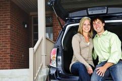Los pares que asisten mueven hacia atrás del coche Imagen de archivo libre de regalías