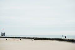 Los pares que caminan en el puente en el lago fotografía de archivo libre de regalías