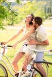 Los pares que tienen las bicicletas montan en la naturaleza imagen de archivo libre de regalías