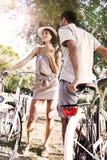Los pares que tienen las bicicletas montan en la naturaleza foto de archivo libre de regalías