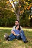 Los pares relajan el parque Imagenes de archivo