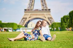 Los pares románticos acercan a la torre Eiffel en París Fotos de archivo
