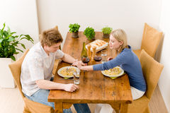 Los pares románticos de la cena gozan del vino comen las pastas Imagen de archivo libre de regalías