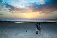 Los pares románticos disfrutan de la puesta del sol Fotografía de archivo