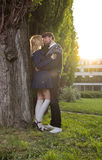 Los pares románticos insinúan los brazos del abrazo Foto de archivo libre de regalías