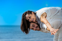 Los pares románticos jovenes felices en amor se divierten en la playa hermosa Imagen de archivo