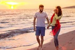 Los pares románticos jovenes felices en amor se divierten en la playa hermosa en el día de verano hermoso Fotos de archivo libres de regalías