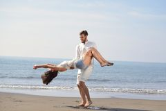 Los pares románticos jovenes felices en amor se divierten en la playa hermosa en el día de verano hermoso Imagen de archivo