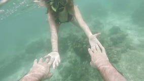 Los pares románticos que bucean llevan a cabo la mano en el mar subacuático de Han almacen de metraje de vídeo