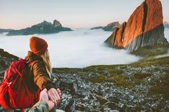 Los pares románticos siguen las manos que llevan a cabo caminar en montañas imágenes de archivo libres de regalías