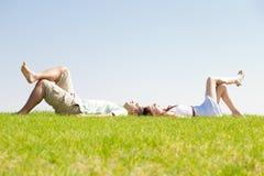 Los pares se acuestan en hierba Fotografía de archivo