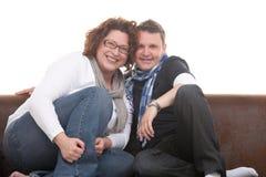 Los pares se cierran en el sofá Imágenes de archivo libres de regalías