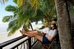 Los pares se relajan durante vacaciones del viaje en la isla tropical Imagen de archivo