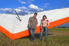Los pares sonrientes acercan al ala del paraglide Imágenes de archivo libres de regalías