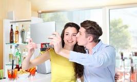 Los pares sonrientes hacen un selfie en barra de café Foto de archivo libre de regalías