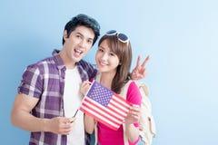 Los pares toman la bandera americana imagen de archivo