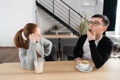 Los pares tristes frustrados piensan en problemas de la relación, los pares pensativos después de pelea perdieron en los pensamie imágenes de archivo libres de regalías