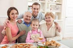 Los parientes bonitos están cenando juntos en casa Foto de archivo libre de regalías
