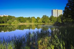 Los parques se diseñan para acomodar la población en zonas urbanas fotografía de archivo