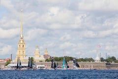 Los participantes de los catamaranes navegantes extremos del acto 5 de la serie compiten con en St Petersburg, Rusia Fotografía de archivo libre de regalías
