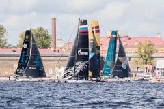 Los participantes de los catamaranes navegantes extremos del acto 5 de la serie compiten con en St Petersburg, Rusia Fotografía de archivo
