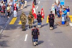 Los participantes del día nacional suizo desfilan en Zurich Fotos de archivo