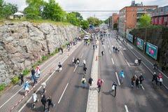 Los participantes del maratón que caminan al registro se centran Fotografía de archivo