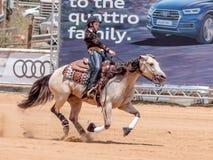 Los participantes en competencias ecuestres se realizan en una granja del caballo Foto de archivo libre de regalías