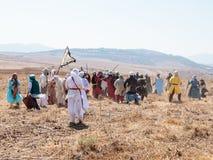 Los participantes en la reconstrucción de cuernos de la batalla de Hattin participan en 1187 en la batalla a pie en el campo de b Foto de archivo libre de regalías