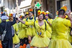 Los participantes masculinos del desfile de carnaval vestidos como mujeres bailan n la calle, en Xanthi, Grecia del noreste fotos de archivo libres de regalías