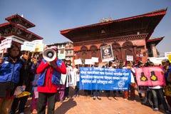 Los participantes no identificados protestan dentro de una campaña para terminar violencia contra las mujeres (VAW) Fotos de archivo libres de regalías