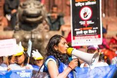 Los participantes no identificados protestan dentro de una campaña para terminar violencia contra las mujeres (VAW) Imágenes de archivo libres de regalías
