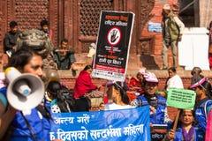 Los participantes protestan dentro de una campaña para terminar violencia contra mujeres Fotografía de archivo libre de regalías