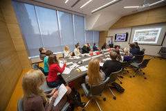 Los participantes que escuchan el altavoz en negocio desayunan Fotografía de archivo libre de regalías
