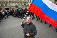 Los partidarios de la oposición en la perspectiva de Nevsky durante una protesta de la oposición se reúnen delante de ceremonia d Fotografía de archivo