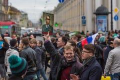 Los partidarios de la oposición en la perspectiva de Nevsky durante una protesta de la oposición se reúnen delante de ceremonia d Imagen de archivo libre de regalías