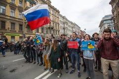 Los partidarios de la oposición gritan durante una protesta delante de la ceremonia de la inauguración del ` s de presidente Vlad Imagenes de archivo