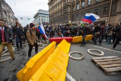Los partidarios de la oposición gritan durante una protesta delante de la ceremonia de la inauguración del ` s de presidente Vlad Fotografía de archivo