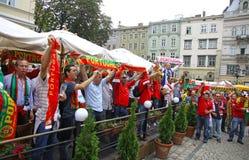 Los partidarios del equipo de fútbol de Portugal caminan en las calles de Lviv Fotografía de archivo libre de regalías