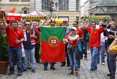 Los partidarios del equipo de fútbol de Portugal caminan en las calles de Lviv Imágenes de archivo libres de regalías