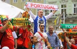 Los partidarios del equipo de fútbol de Portugal caminan en las calles de Lviv Fotos de archivo libres de regalías