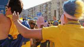 Los partidarios del equipo de fútbol de Suecia se vistieron en las cualidades, saltando y cantando almacen de metraje de vídeo