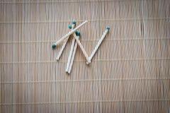 Los partidos de madera con las cabezas fosforadas verdes se dispersan en la tabla imágenes de archivo libres de regalías