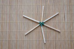 Los partidos de madera con las cabezas fosforadas verdes se dispersan en la tabla foto de archivo