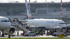 Los pasajeros caminan en pasarela después de acercarse en el aeropuerto internacional de Düsseldorf metrajes