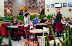 Los pasajeros cenan en el aeropuerto de Vnukovo del ` del chocolate del ` del café Imagenes de archivo