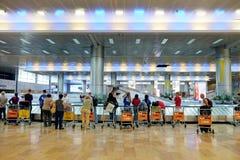 Los pasajeros cuentan con el equipaje en Ben Gurion Airport Fotos de archivo