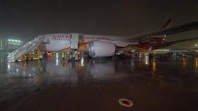 Los pasajeros deboarding Hainan Airlines acepillan vía airstairs en la noche metrajes
