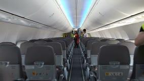 Los pasajeros dejan la cabina de un avión moderno metrajes