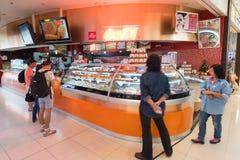 Los pasajeros del aire eligen los alimentos de preparación rápida para comprar, aeropuerto de Bangkok Imagenes de archivo